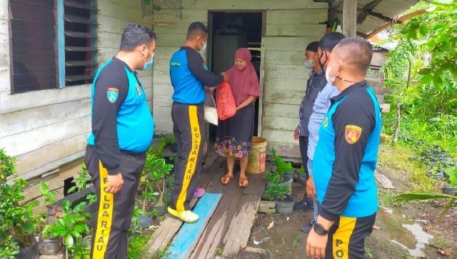 Polisi Sambangi Rumah Warga Kurang Mampu di Tebingtinggi Barat