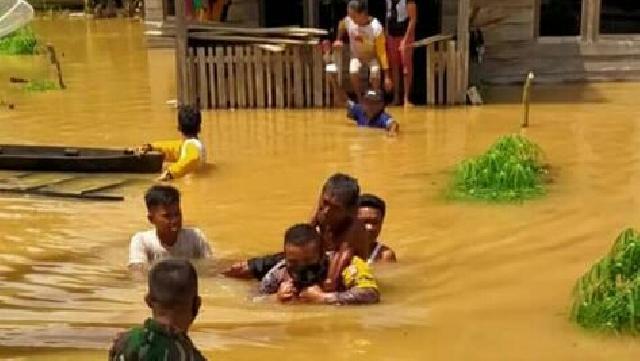 Bhabinkamtibmas Polsek Seberida Evakuasi Warga Lumpuh dari Banjir