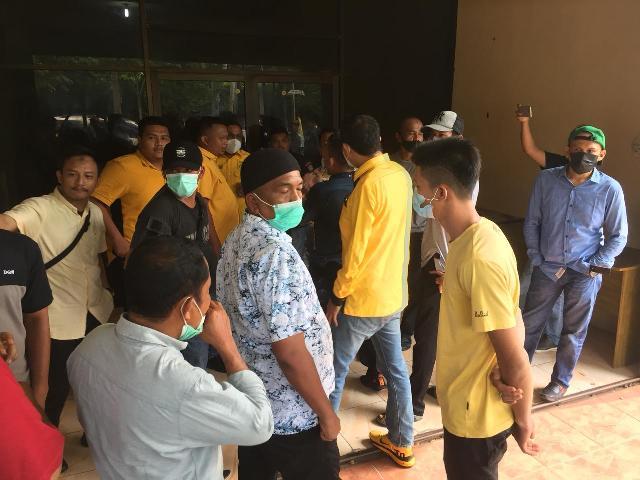 Gelar Aksi di  Sekretariat DPD II Golkar Siak, Massa Sebut Ketua Golkar Riau Tidak Komit