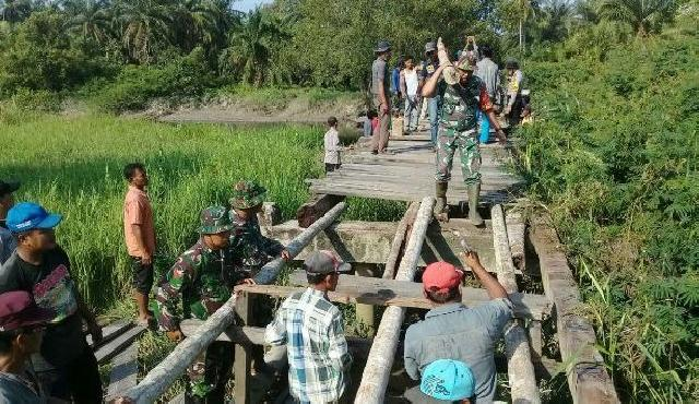 TNI, Polri dan Masyarakat Rimba Melintang Goro Perbaiki Jalan