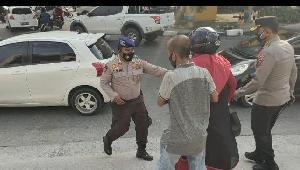 http://jurnalmadani.com/assets/berita/thumb/kecil-12357438215-petugas_kepolisian_saat_membantu_ibu_hamil_yang_akan_melahirkan.jpg