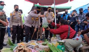 http://jurnalmadani.com/assets/berita/thumb/kecil-51305675646-kepala_kepolisian_daerah_riau_irjen_agung_setya_imam_efendi_saat_memborong_sayuran_pedagang_pasar_cik_puan_pekanbaru.jpg