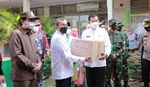 http://jurnalmadani.com/assets/berita/thumb/kecil-56062707211-gubernur_riau,_syamsuar_memberikan_bantuan_sembako_untuk_rakyat_yang_diserahkan_kepada_wali_kota_pekanbaru.jpg