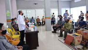 http://jurnalmadani.com/assets/berita/thumb/kecil-71472276095-gubernur_riau,_syamsuar_berdiri_memberi_salam,_menyapa_nelayan_di_kabupaten_rohil,_riau,_jumat_30_juli_2021.jpg